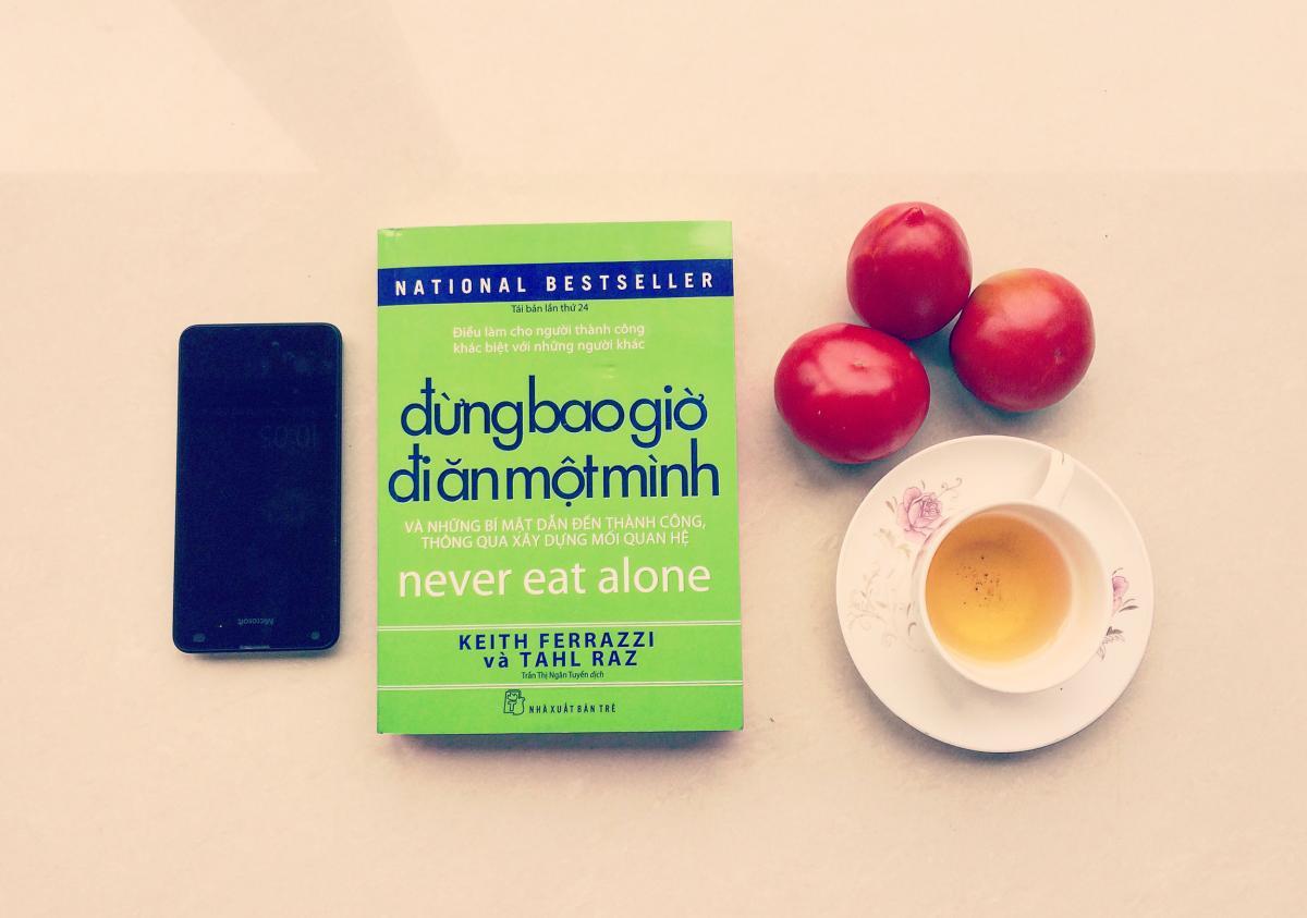 Review sách: Đừng bao giờ đi ăn một mình | BLACASA